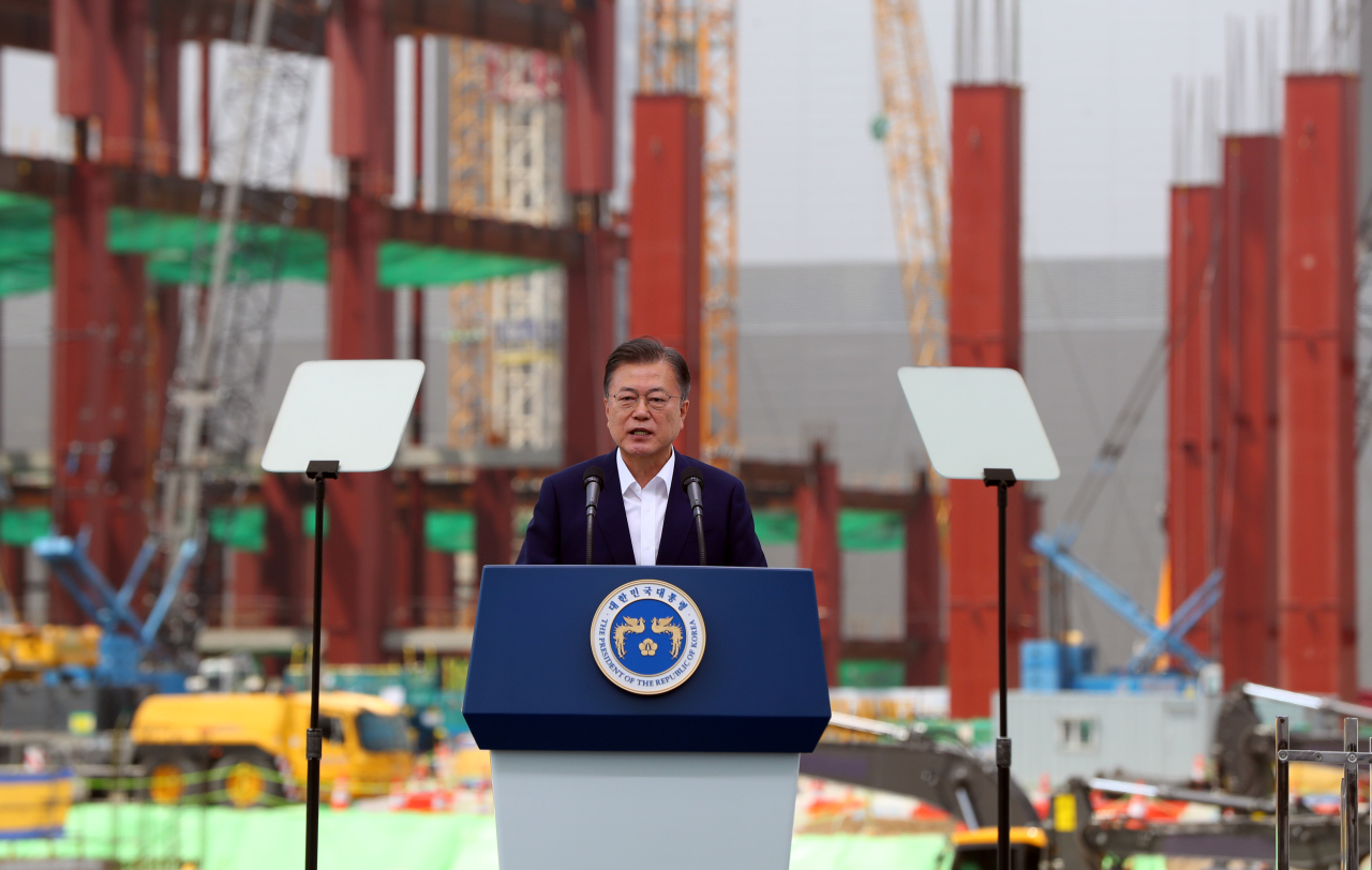 President Moon Jae-in speaks before chipmakers' announcements of their investment plans in Pyeongtaek, Gyeonggi Province, on Thursday. (Yonhap)