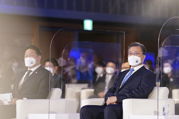 South Korean President Moon Jae-in (right) and Korea Chamber of Commerce and Industry chief and SK Group Chairman Chey Tae-won attend the 48th Commerce & Industry Day event hosted by the Korea Chamber of Commerce and Industry at its headquarters in Seoul on March 31. (Cheong Wa Dae)