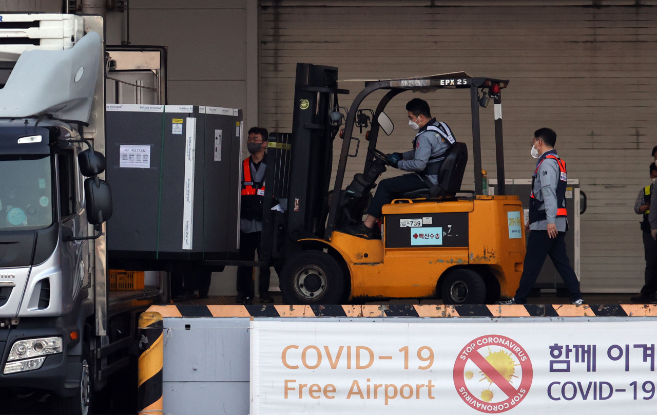 AstraZeneca vaccines arriving at the Incheon Airport (Yonhap)