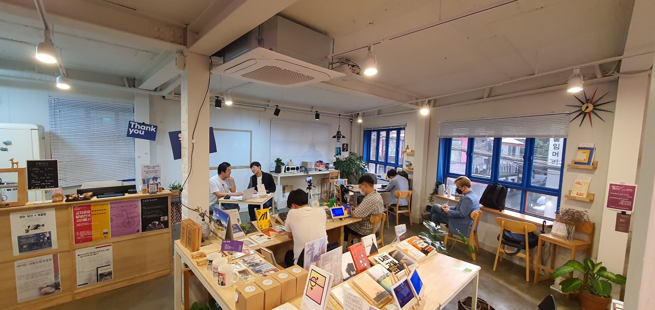 Author Kang Nam-kyu holds a book-live session on Monday evening at Powerplant in Seoul. (Kim Hae-yeon/ The Korea Herald)