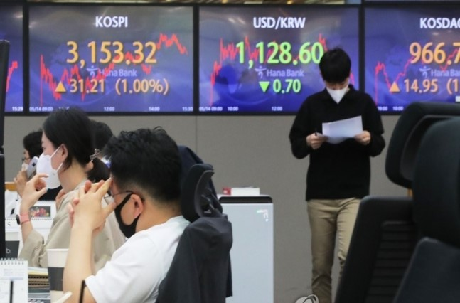 The benchmark Korea Composite Stock Price Index closed at 3,153.32 points on Friday, down 1.37 percent from 3,197.2 points a week ago. (Yonhap)