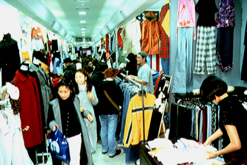 This photo shows an underground shopping arcade in Myeong-dong, Seoul in 2001, when the portion of population that was of working age was still increasing. (National Archives of Korea)