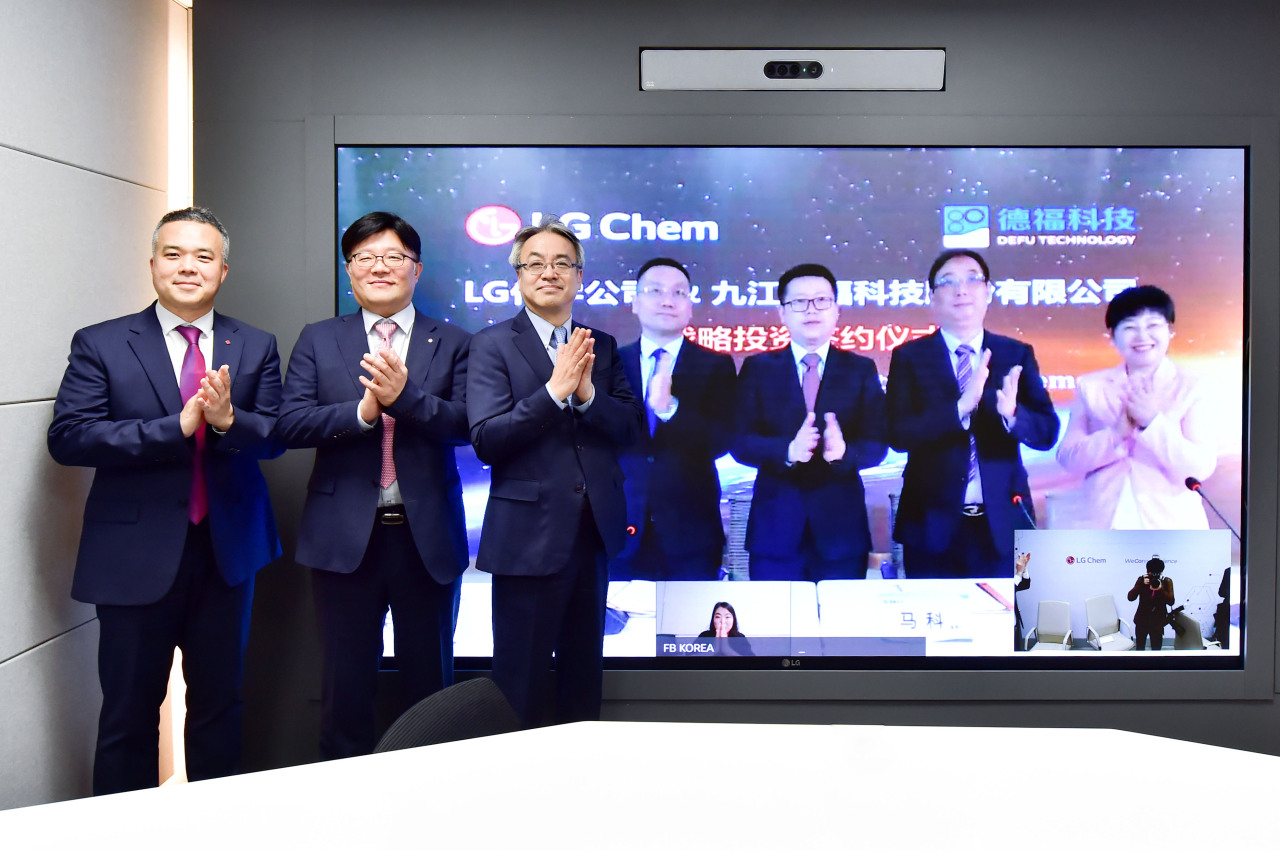 LG Chem Senior Vice President Nam Chul (third from left) and DeFu owner Ma Ke (second from right) pose for a photo after signing an investment agreement on Sunday. (LG Chem)