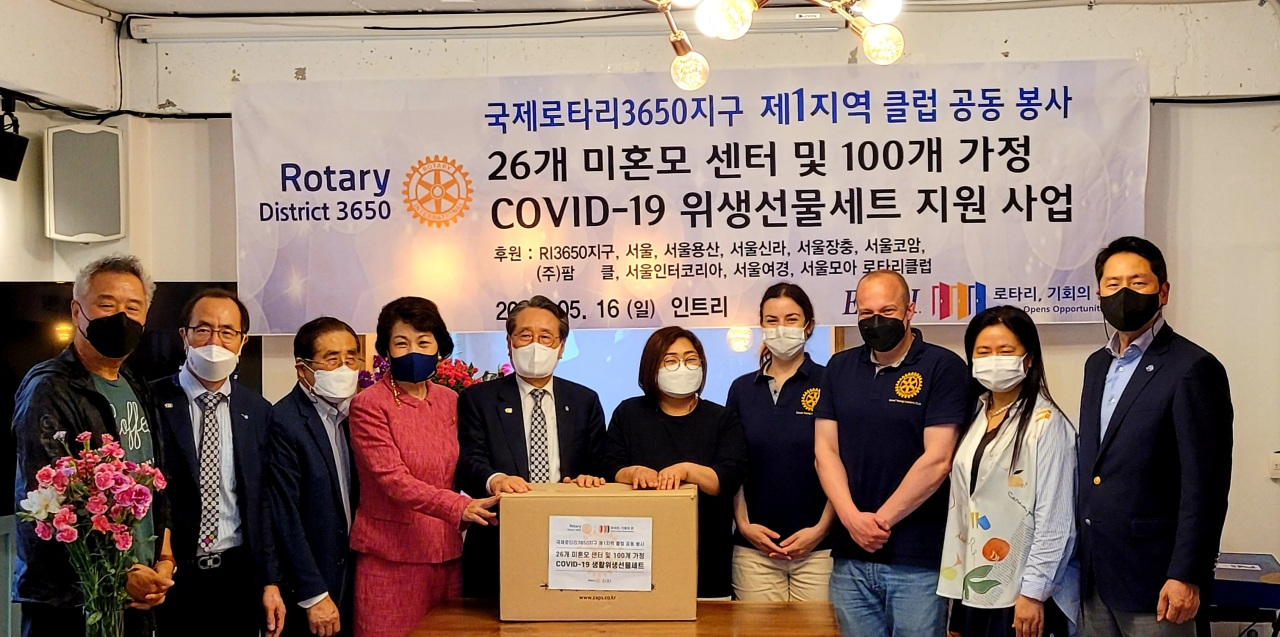 Members of Rotary International District 3650, including Secretary-General Simon Suh (second from left), pose for a photo Sunday at the Intree Center in Jongno-gu, central Seoul, as they pledge a donation of hand sanitizers and disinfectants to help about 100 single mother-led households and 26 support centers. (Rotary International District 3650)