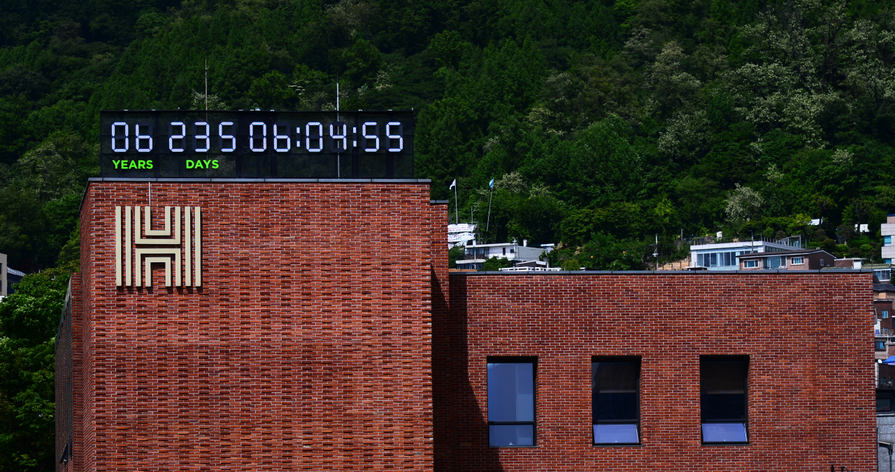 The monument-sized Climate Clock, which is the third of its kind in the world and the first in Korea, is set up on the roof of the Herald Corp. headquarters office in Huam-dong, Yongsan-gu, Seoul. The Climate Clock shows that Earth has about 6 years, 235 days, 6 hours, 6 minutes and 42 seconds left before climate change becomes irreversible, based on current emission rates. (Park Hae-mook/The Herald Business)
