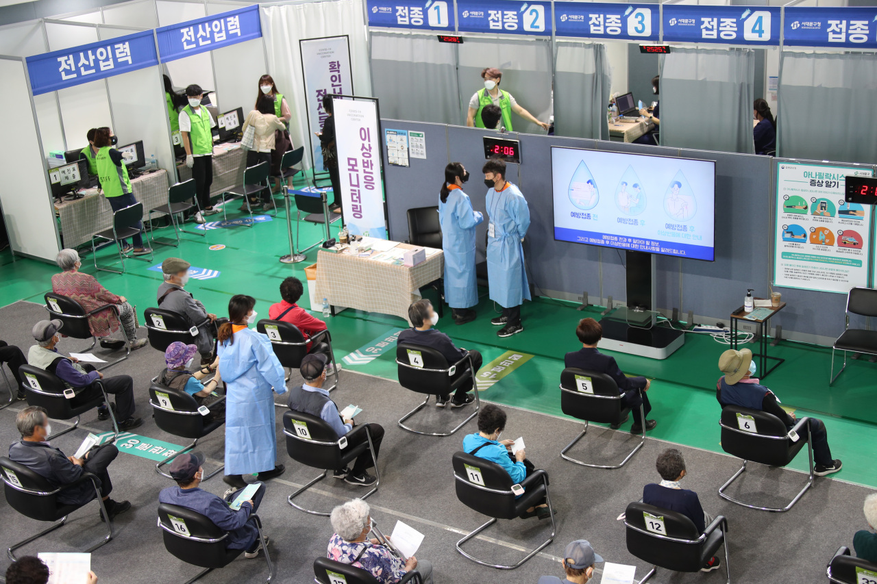 Citizens wait to monitor their condition after receiving COVID-19 vaccines at a local clinic in Seoul on Friday. (Yonhap)