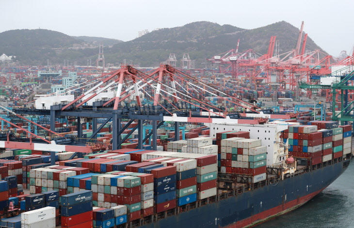 This file photo, taken April 1, 2021, shows ships carrying containers docking at a port in South Korea's southeastern city of Busan. (Yonhap)