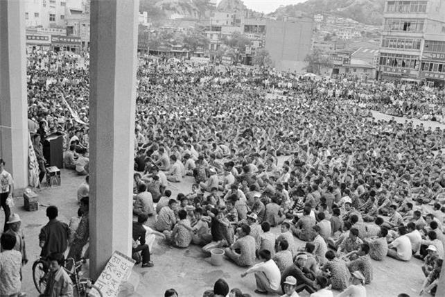 People gather in front of Mokpo Station in Mokpo, South Jeolla Province, May 24, 1980, in this photo taken by Norman Thorpe. (Culture Ministry)