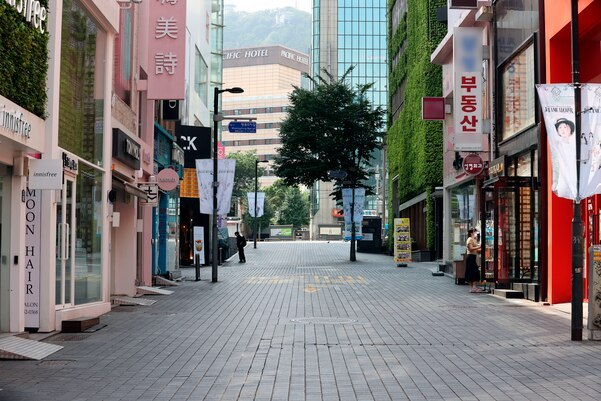 A street in Myeongdong, one of the busiest shopping districts in Seoul, stands nearly empty. (Yonhap)