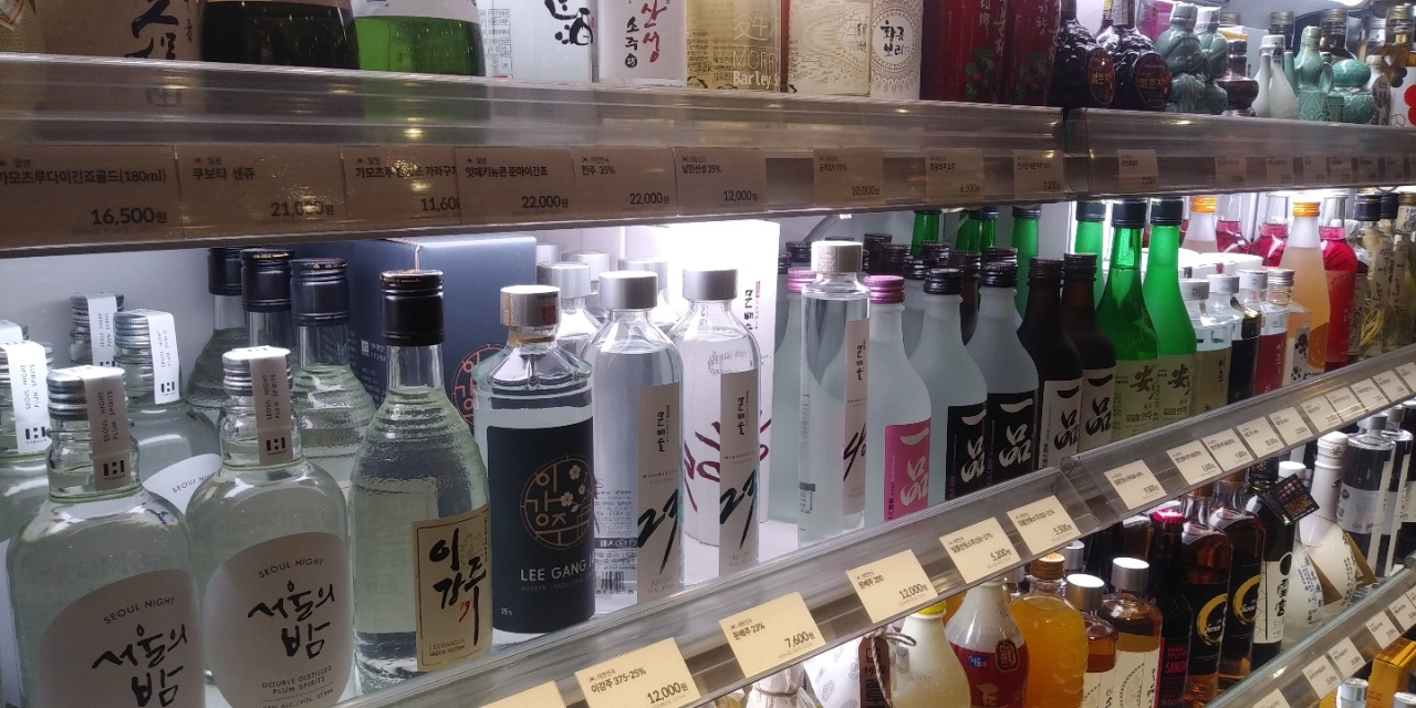 Traditional Korean liquor products are displayed for sale inside the Lotte Department Store in Jung-gu, central Seoul. (Ko Jun-tae/The Korea Herald)