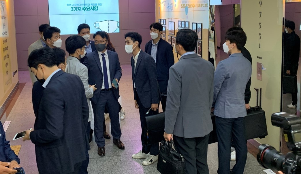 Officials from the Corruption Investigation Office for High-ranking Officials on Tuesday raid the workplace of Seoul education chief Cho Hee-yeon in connection with an ongoing probe against him. (Kan Hyeong-woo/The Korea Herald)