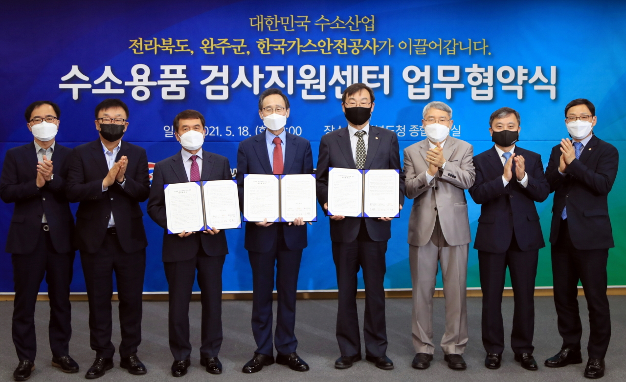 Kogas President Lim Hae-jong (fourth from right) pose for a photo with local authorities of Wanju and North Jeolla Province after signing an agreement to establish the world's first hydrogen equipment inspection support center in the region Tuesday. (Kogas)