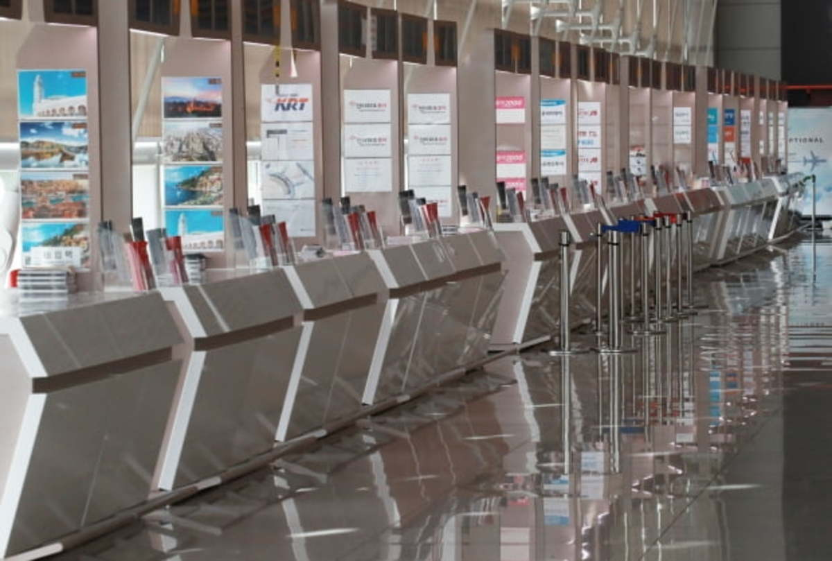 Travel agency counters at Incheon International Airport, west of Seoul, remain deserted on April 22, 2020, amid the coronavirus pandemic. (Yonhap)
