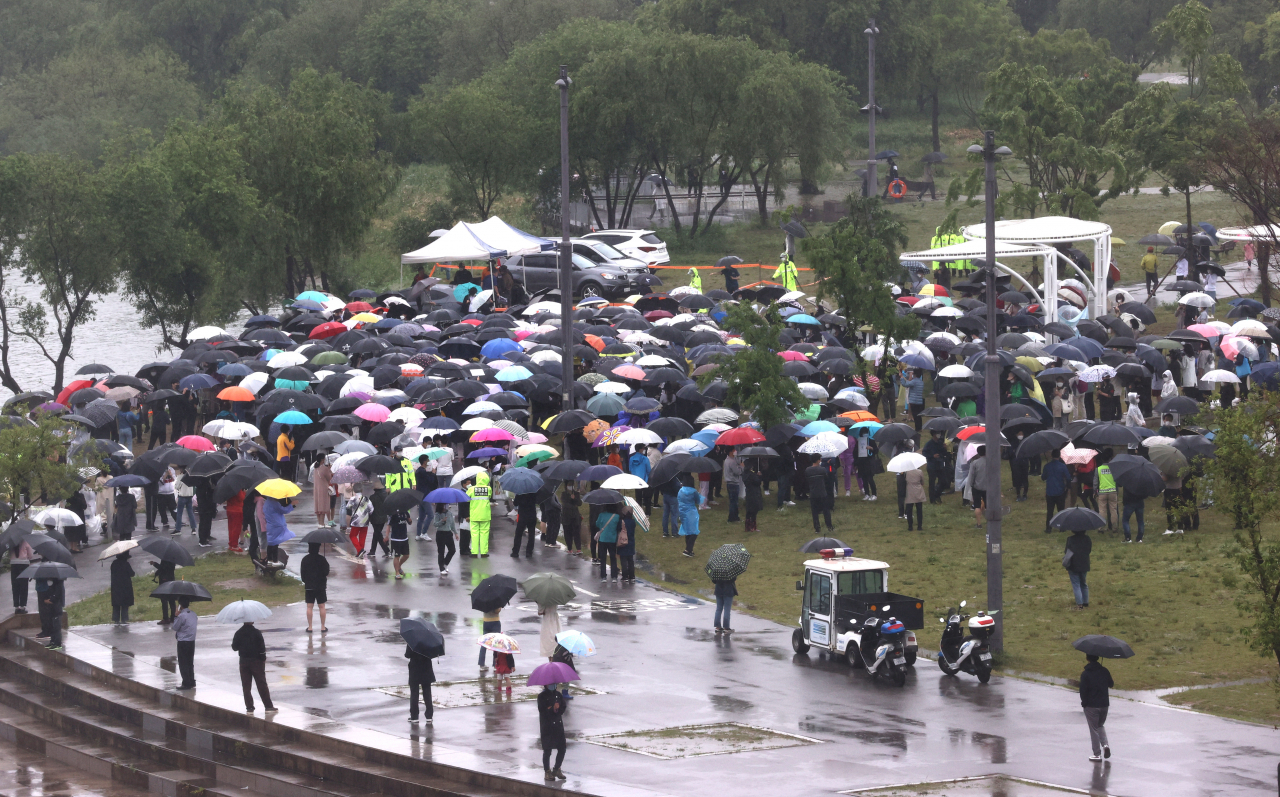 People participate in a memorial rally at a Han River park in southern Seoul on Sunday, for Sohn Jung-min, a medical student who went missing after drinking with a friend at the park and was found dead in the Han River on April 30. (Yonhap)