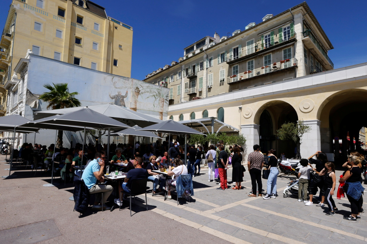 Customers queue for a lunch on the terrace of a restaurant in Nice as cafes, bars and restaurants reopen after closing down for months amid the coronavirus disease (COVID-19) outbreak in France. (Reuters-Yonhap)