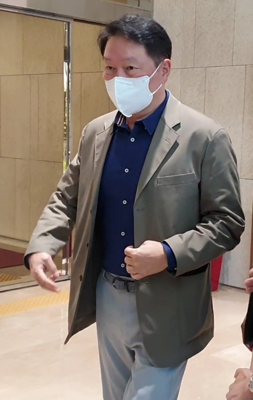 SK Group Chairman Chey Tae-won heads to the departure gate at Seoul Gimpo Business Aviation Center in Banghwa-dong, Gangse-gu, on Wednesday. (Kim Byung-wook/The Korea Herald)