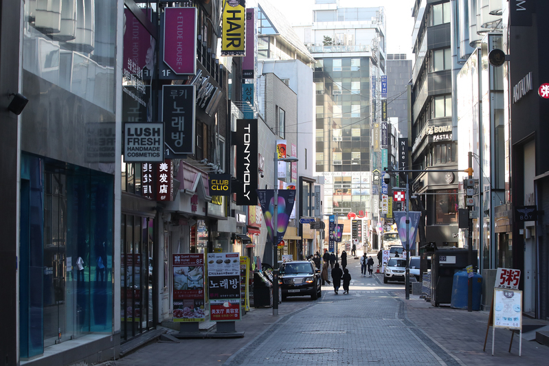 A street in Myeong-dong, central Seoul, is deserted Feb. 13. (Yonhap)