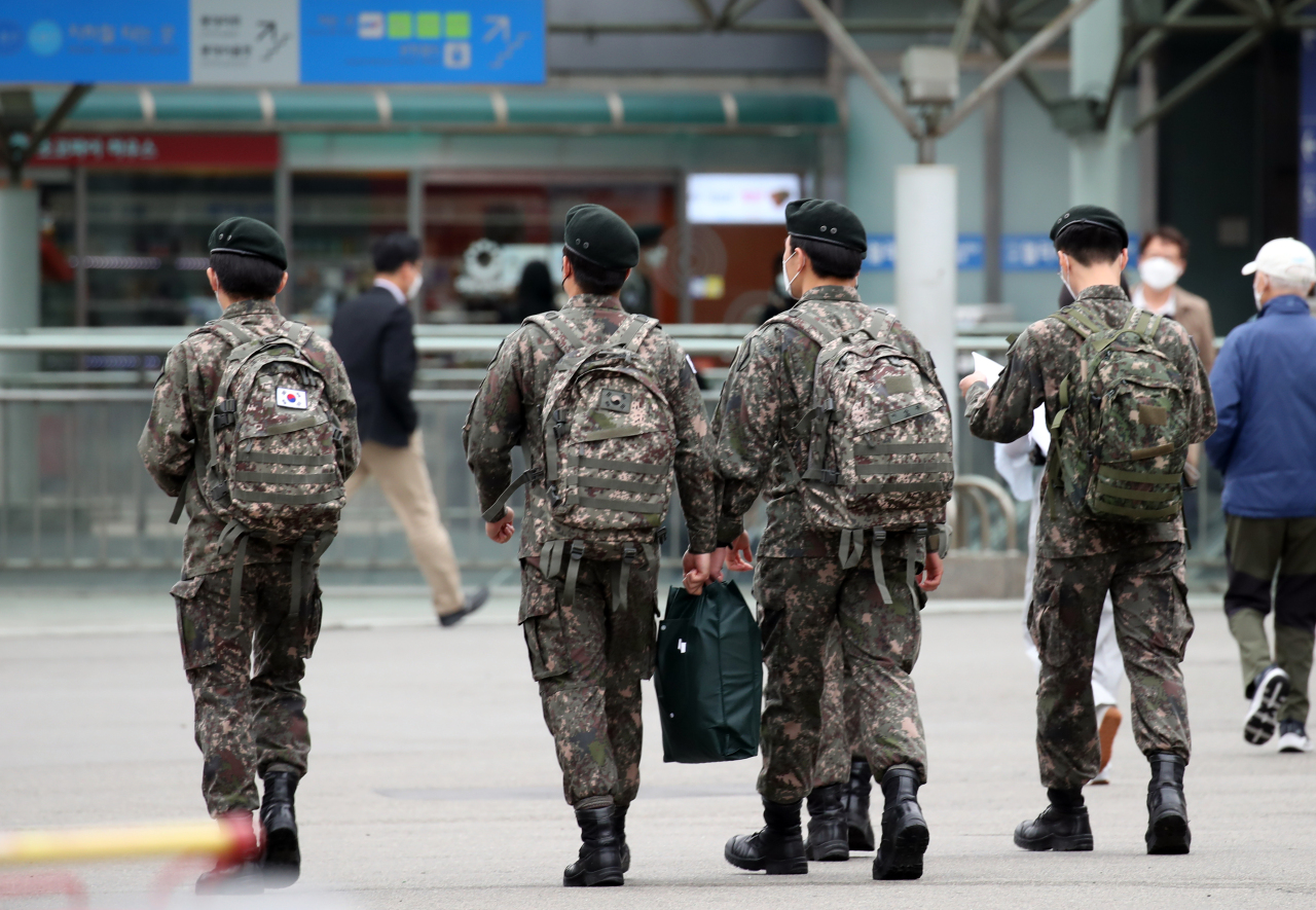 Soldiers enter Seoul Station on May 10. (Yonhap)