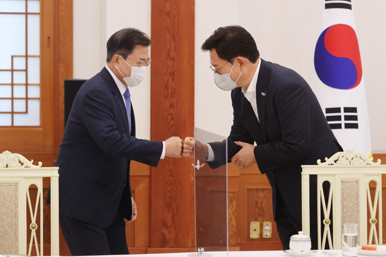 President Moon Jae-in (L) greets Democratic Party leader Rep. Song Young-gil during their meeting at Cheong Wa Dae in Seoul last Friday. (Yonhap)
