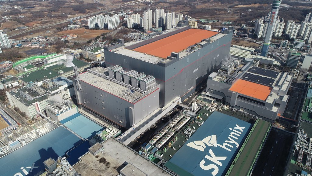 This photo provided by SK hynix on Feb. 1, 2021, shows the company's M16 chip factory in Icheon, south of Seoul. (Yonhap)