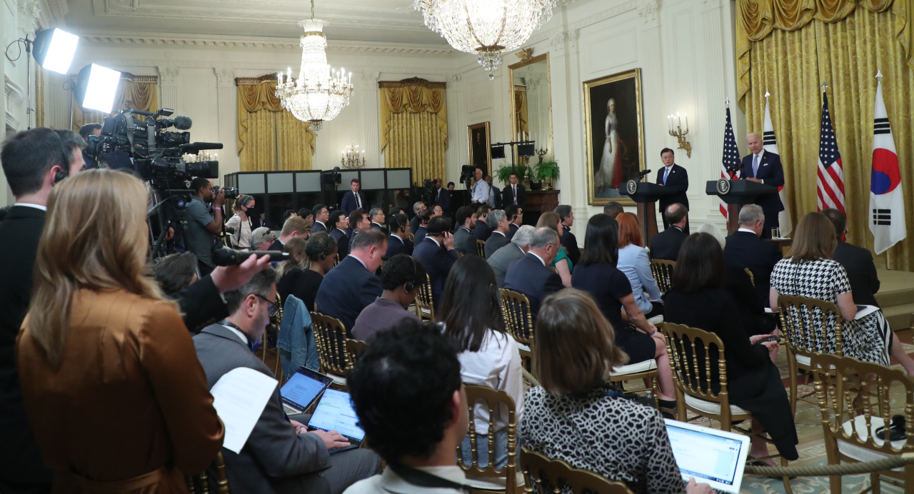 Presidents Moon Jae-in and Joe Biden attend a joint news conference at the White House in Washington on Friday. (Yonhap)