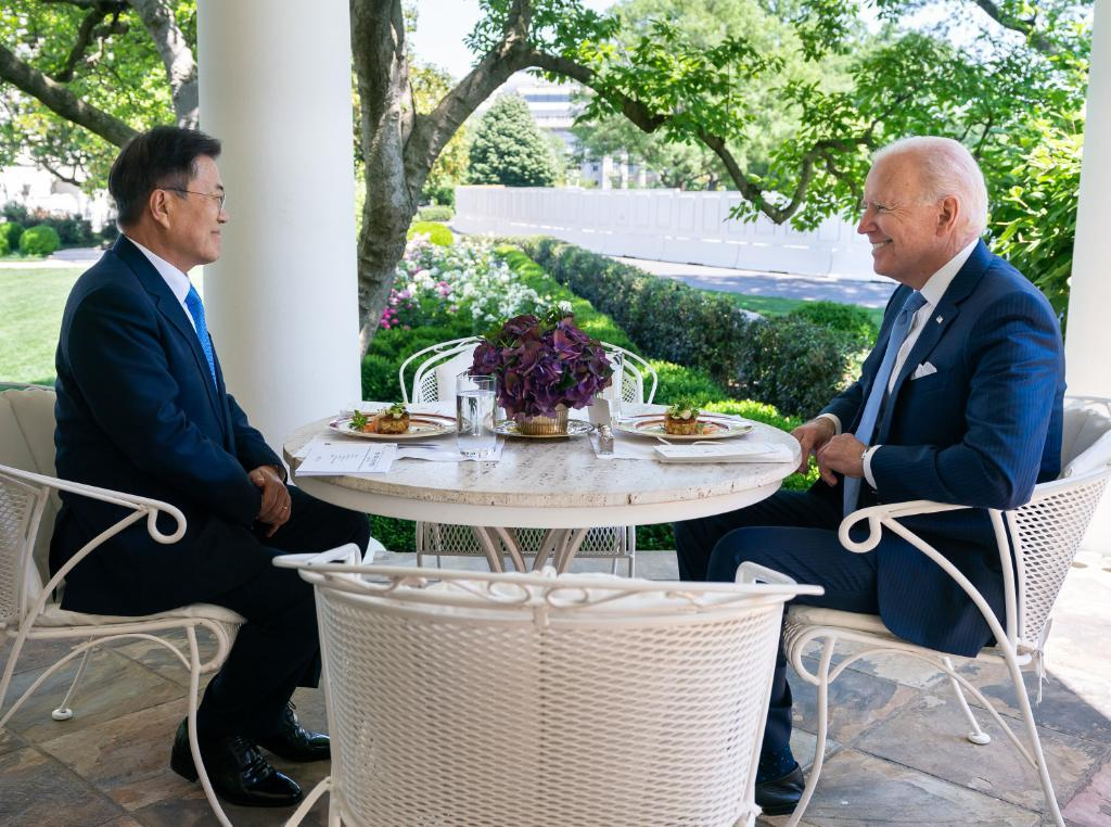 South Korean President Moon Jae-in (left) and US President Joe Biden hold a one-on-one meeting over lunch in Washington on Friday, in this photo captured from Biden's Twitter account. Maryland crab cakes were served as the main course, according to Moon's office. (Yonhap)