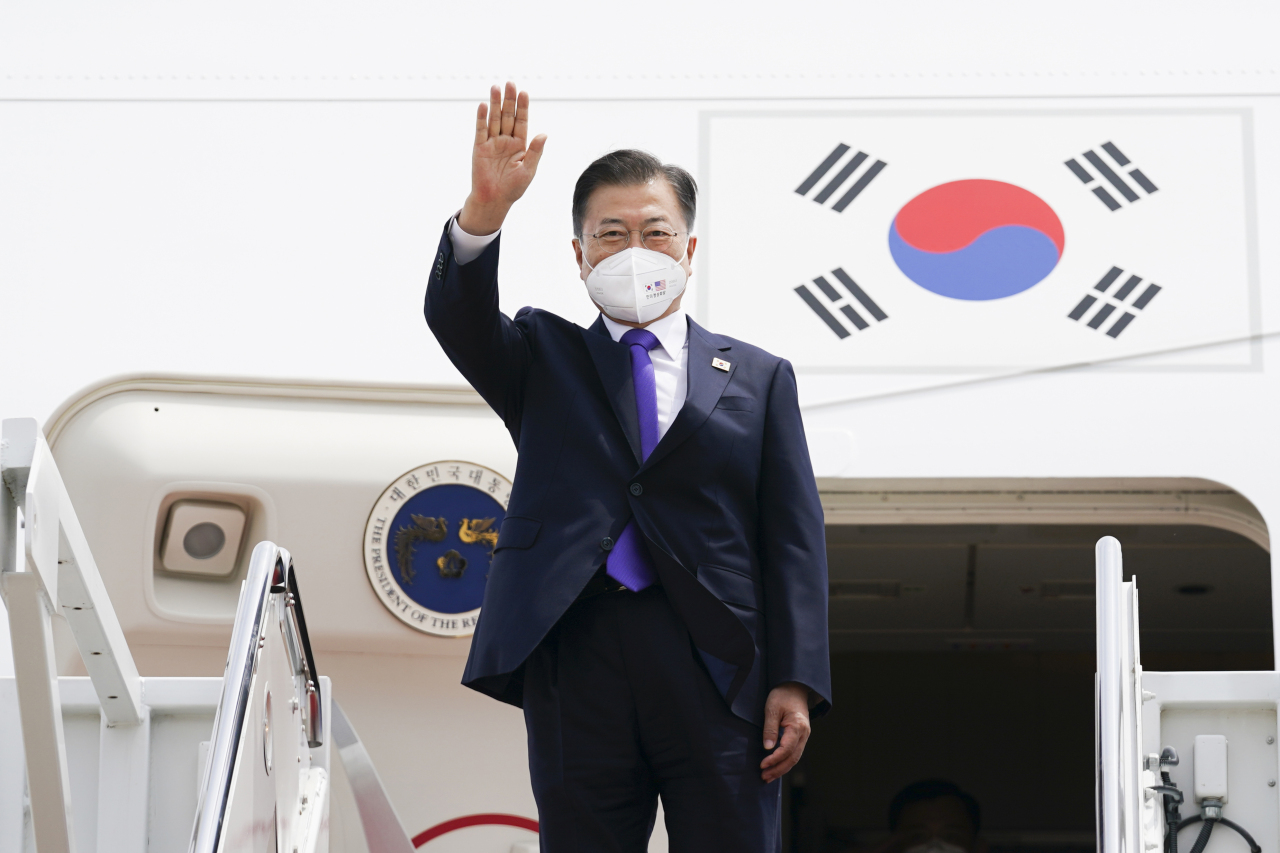 President Moon Jae-in waves ahead of departure from Joint Base Andrews in Maryland on Saturday, following a visit to Washington, D.C. (Yonhap)