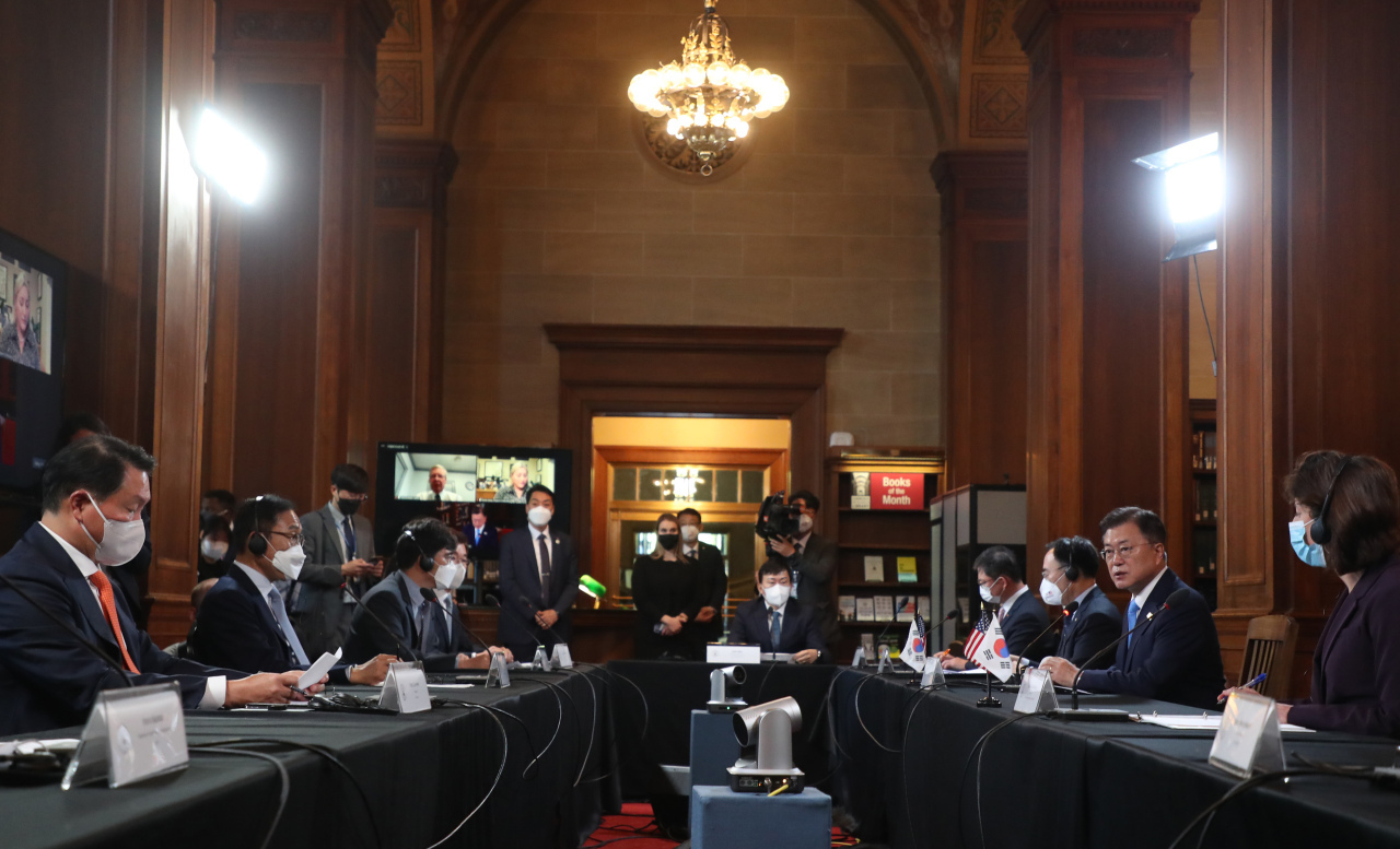 President Moon Jae-in attends a business roundtable session in Washington on Friday. (Yonhap)