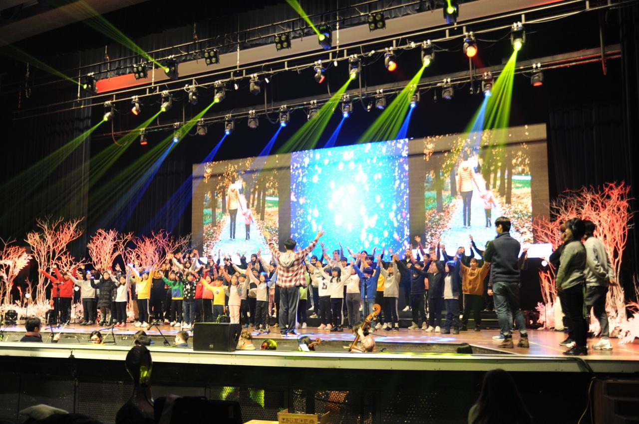 Choir groups together perform during the Huddling Youth Choir Festival. (HuddlingTV)