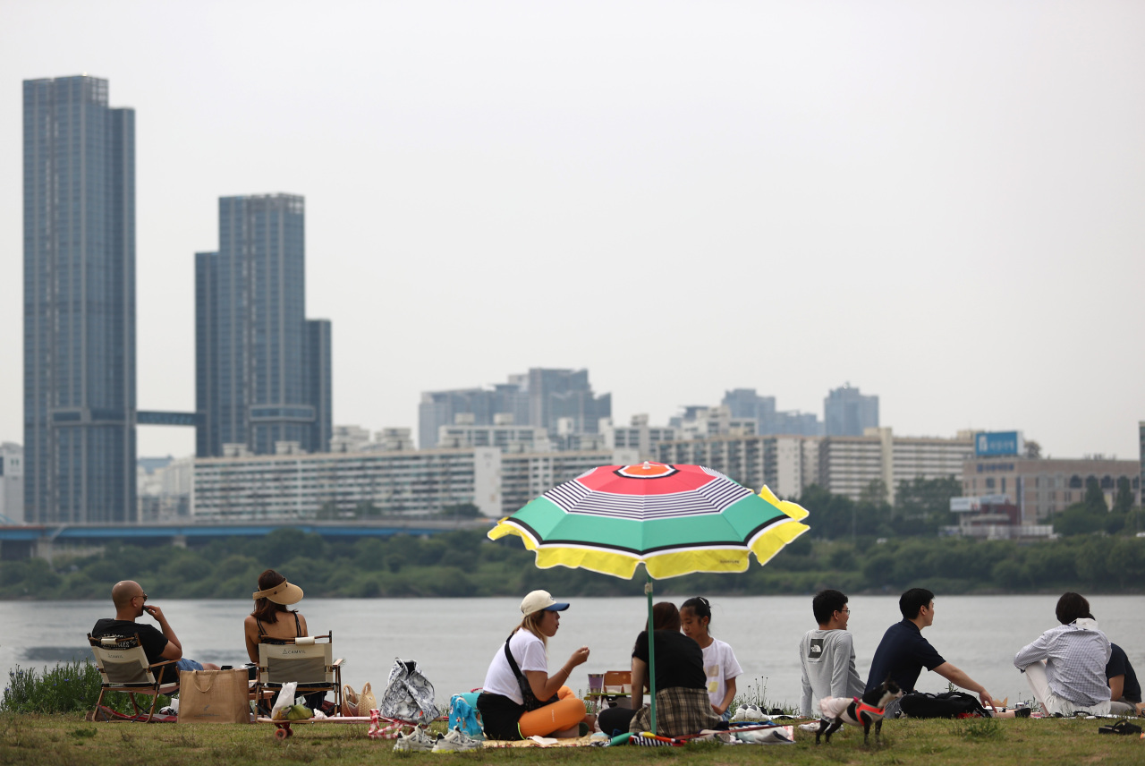 People are resting at Banpo Hangang Park by the Han River in Seocho-gu, southern Seoul, on Sunday. (Yonhap)