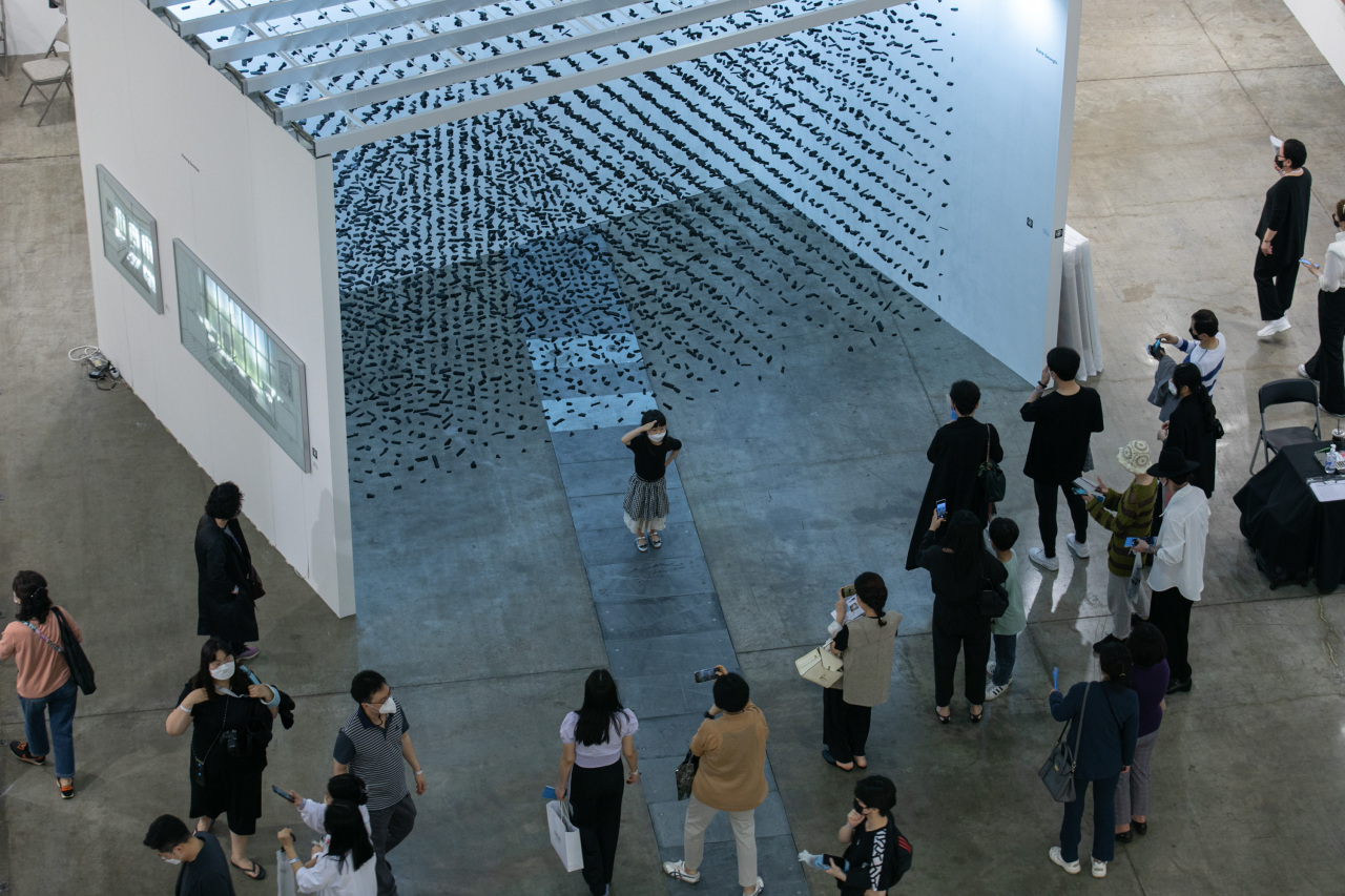 Visitors view pieces of art at Art Busan 2021. (Art Busan)