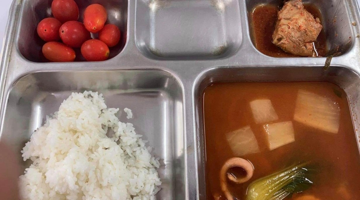 """A Facebook photo posted by a soldier serving in the Army sparked a wave of criticism over """"poorly prepared"""" meals in the military. (Yonhap)"""