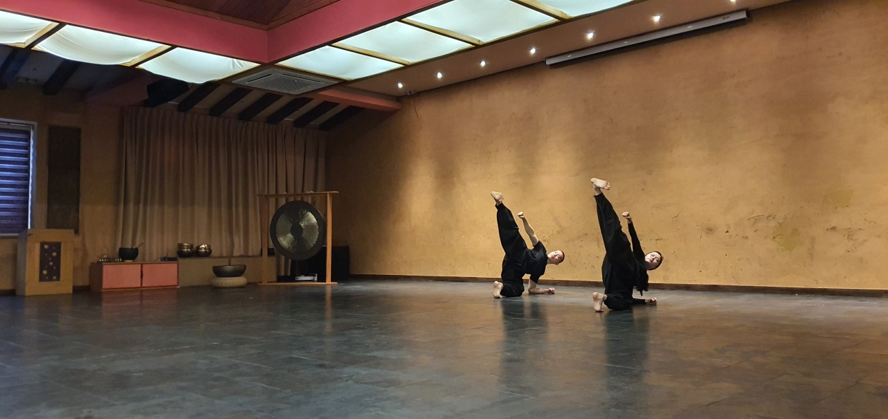 Experts demonstrate at one of the morning practice session of Seonmudo, Korean Buddhist martial art. (Kim Hae-yeon/ The Korea Herald)