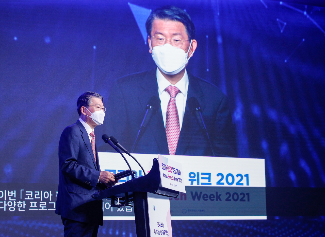 FSC Chairman Eun Sung-soo delivers keynote speech at the opening ceremony of the 2021 Fintech Week held in western Seoul. (Yonhap)