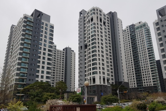 The Banpo Acroriver Park is one of the most expensive apartment complexes in Seoul. (Korea Herald file photo)