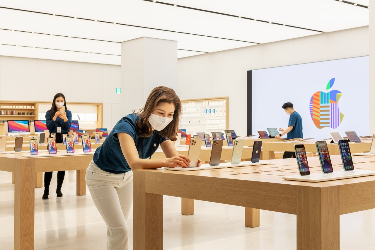 Apple's iPhone smartphones are displayed at an Apple Store in Yeouido, Seoul. (Apple)