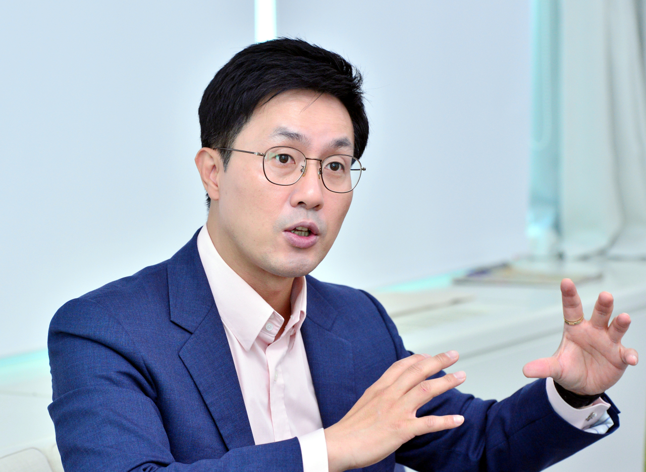 Choi Young-jin, managing director, digital strategy division at Hanwha Asset Management, speaks in an interview with The Korea Herald. (Park Hyun-koo/The Korea Herald)