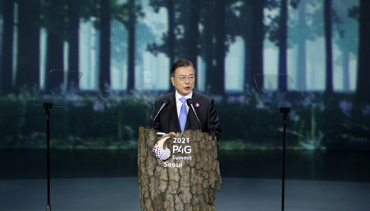 South Korean President Moon Jae-in speaks during the P4G summit at Dongdaemun Design Plaza in Seoul on Sunday. (Yonhap)