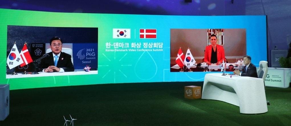 South Korean President Moon Jae-in(left) holds summit talks with Danish Prime Minister Mette Frederiksen, via video links, at Dongdaemun Design Plaza in Seoul on Sunday. (Yonhap)