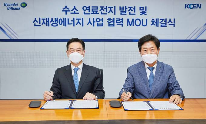 Song Myung-joon (left), senior executive vice president at Hyundai Oilbank, and Bae Young-jin, executive vice president at Korea South-East Power, sign an agreement to co-develop renewable energy business on May 10. (Hyundai Oilbank)