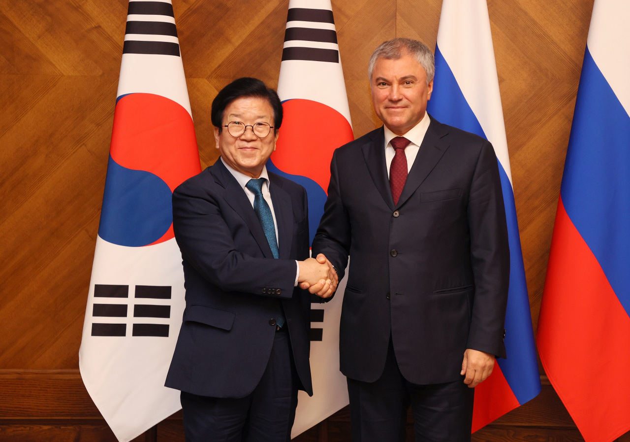 National Assembly Speaker Park Byeong-seug poses for a photo with Russian House Speaker Vyacheslav Volodin on May 24 in Russia. (National Assembly)