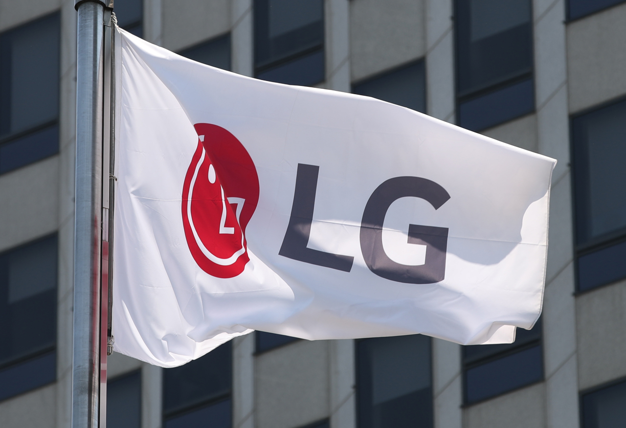 LG Electronics' corporate flag at the company's headquarters building in Seoul. (Yonhap)