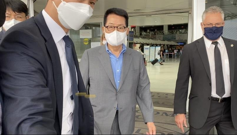 Park Jie-won (C), chief of South Korea's National Intelligence Service, is pictured after arriving at John F. Kennedy International Airport in New York on Saturday. (Yonhap)