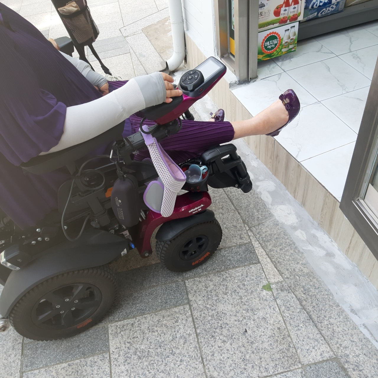A convenience store in Jung-gu, Seoul, is not wheelchair accessible. (Shin Ji-hye/The Korea Herald)