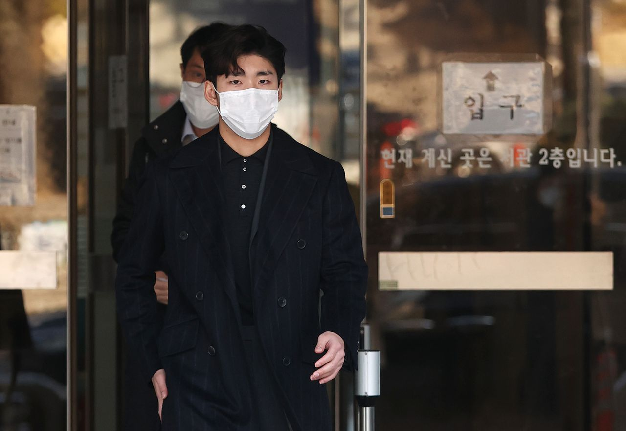 This Nov. 27, 2020, file photo shows short track speed skater Lim Hyo-jun leaving the Seoul Central District Court after being acquitted of a sexual harassment charge. (Yonhap)