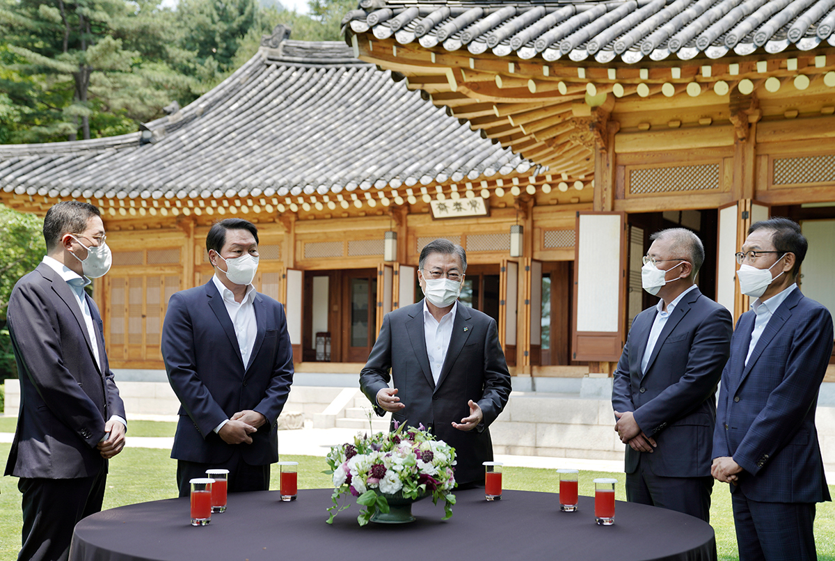 President Moon Jae-in (center) talks with the leaders of the nation's four largest conglomerates – (from left) LG Group Chairman Koo Kwang-mo, SK Group Chairman Chey Tae-won, Hundia Motor Group Chairman Chung Euisun and Samsung Electronics Vice Chairman Kim Ki-nam – prior to a luncheon at Cheong Wa Dae in Seoul on Wednesday. (Cheong Wa Dae)