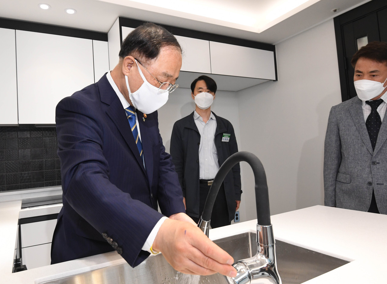 Finance Minister Hong Nam-ki conducts an on-site inspection of a public rental house in Anyang, Gyeonggi Province, Thursday. (Yonhap)