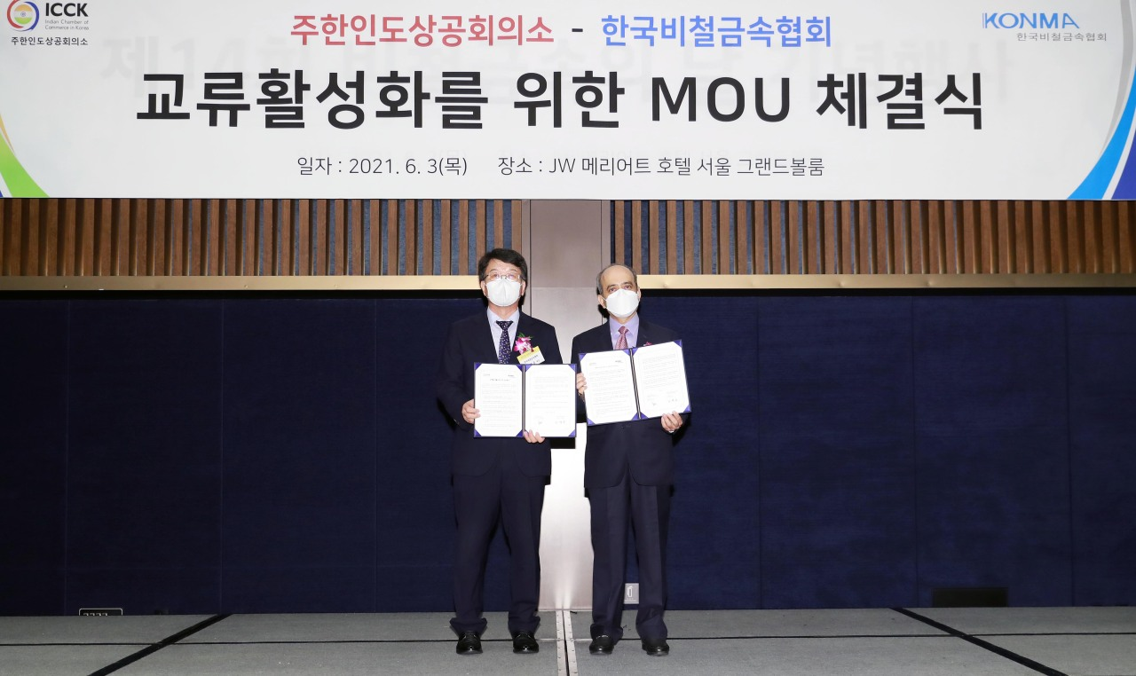 Sachin Satpute, chairman of the Indian Chamber of Commerce in Korea (right) and Lee Je-joong, chairman of the Korea Nonferrous Metal Association pose during a signing ceremony held in Seoul on Thursday. (ICCK)