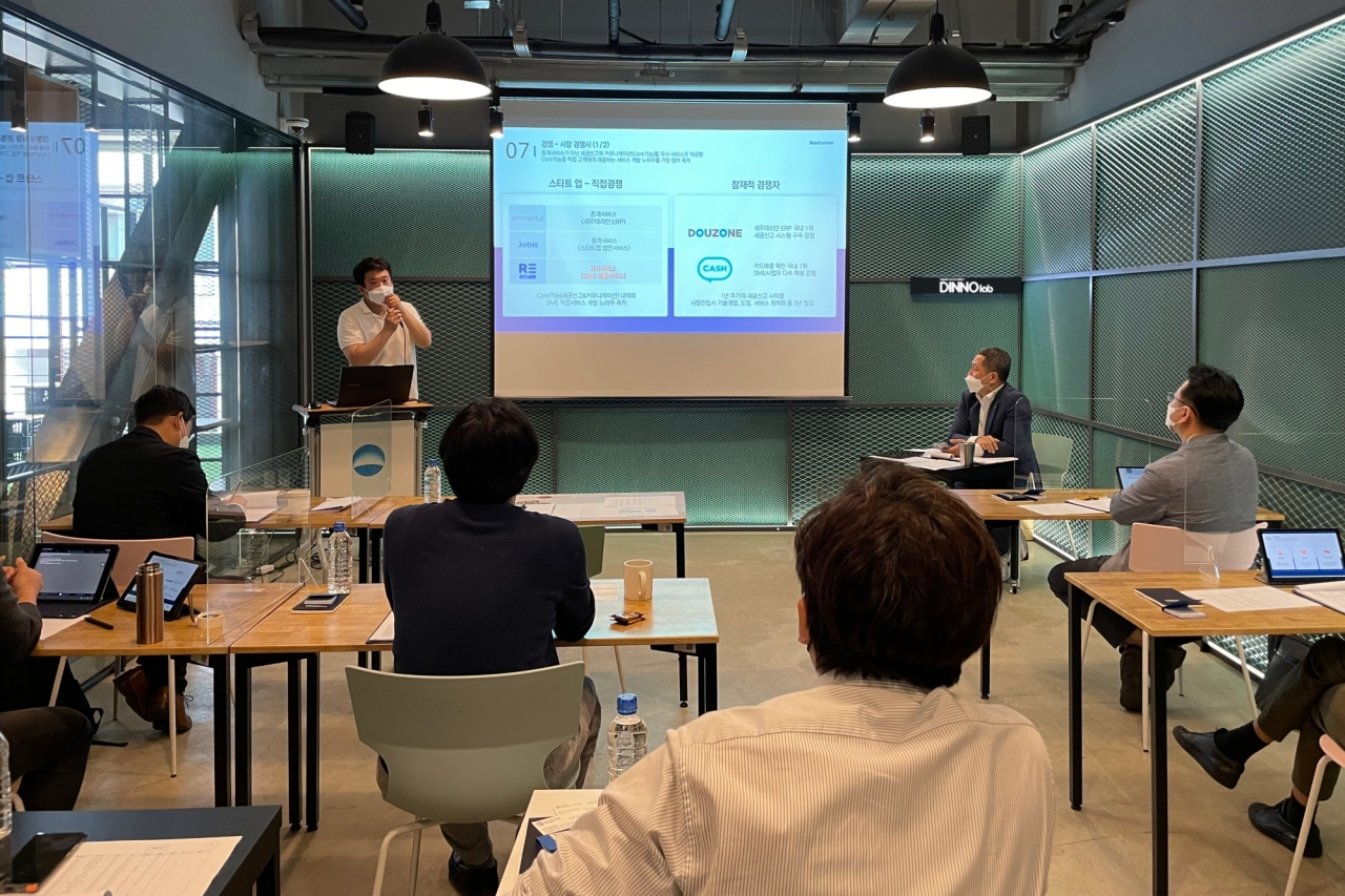 Judges listen to a presentation about startups that applied for this year's Dinno Lab program at the lab's meeting room in Yeouido, western Seoul. (Woori Financial Group)