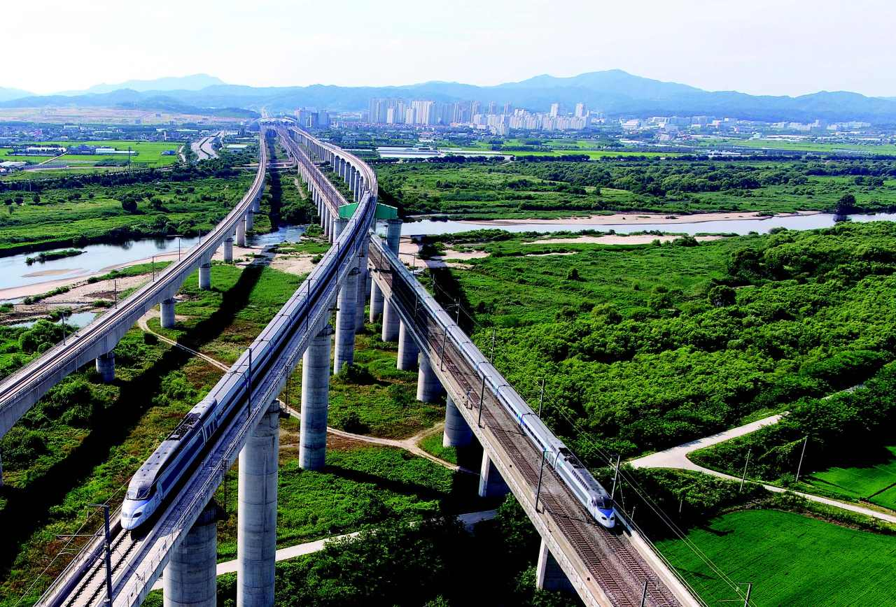 The picture shows the Osong Expressway of the Honam KTX, which used the advanced technique of Building Information Modeling to predict various work conditions and variables. Korea National Railway completed the cross section in April, allowing the advanced technology to be recognized worldwide.